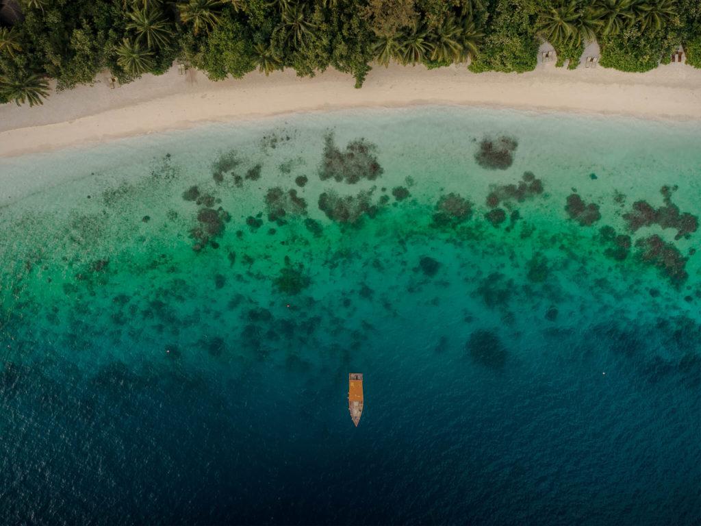 caribbean-islands-karibik-palms-lonelyboattopdown