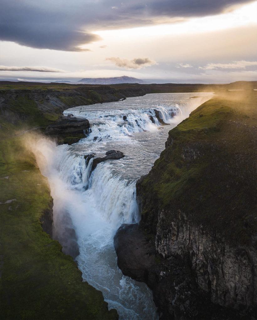 gold-wasserfall-waterfall-sonnenlicht-sonnenaufgang-dawn-sunrise-stimmung-majestic-magisch-romanic-wind-nordlicht-tour