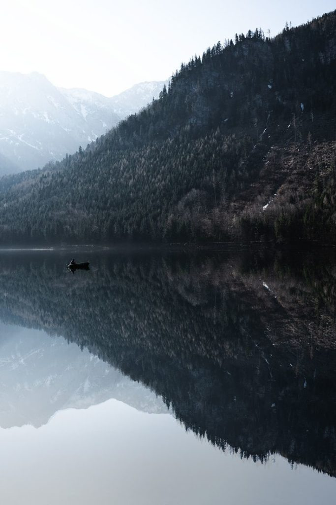lake-reflections-see-boot-boat-roadtrip
