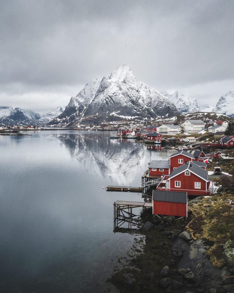 norwegen-rote-huette-winter-schnee